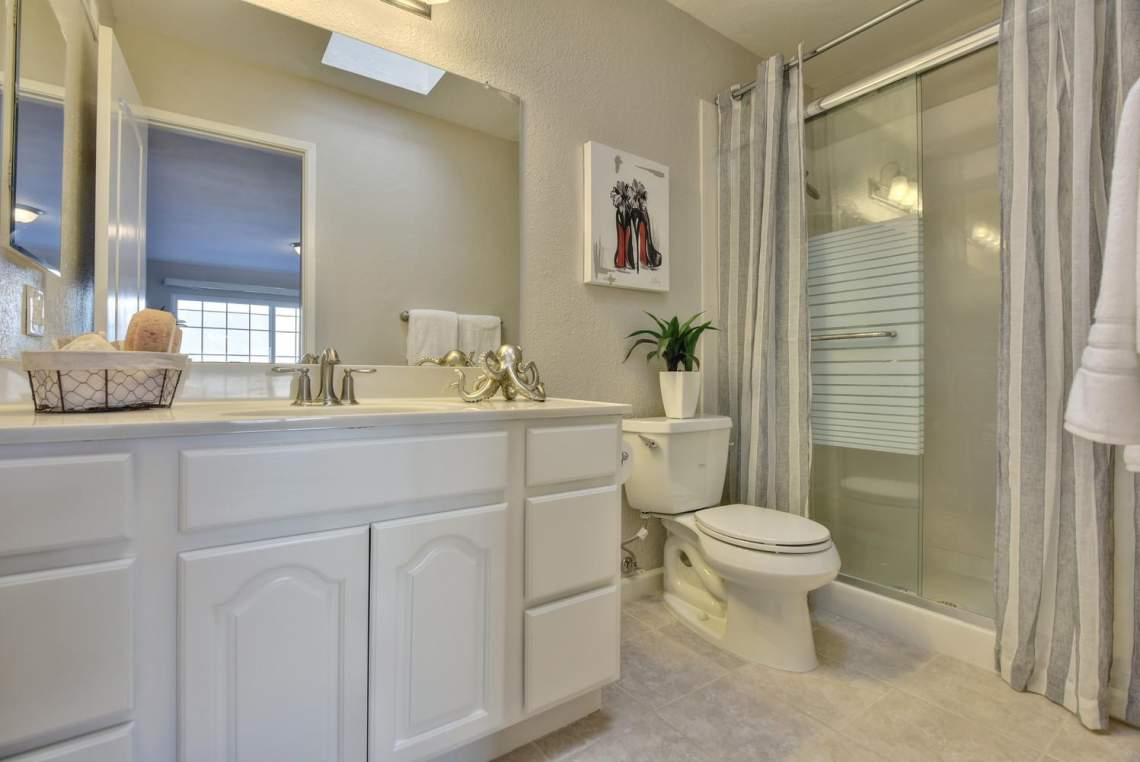 37199-Greenpoint-St-Newark-CA-large-020-012-Master-Bathroom-1498x1000-72dpi