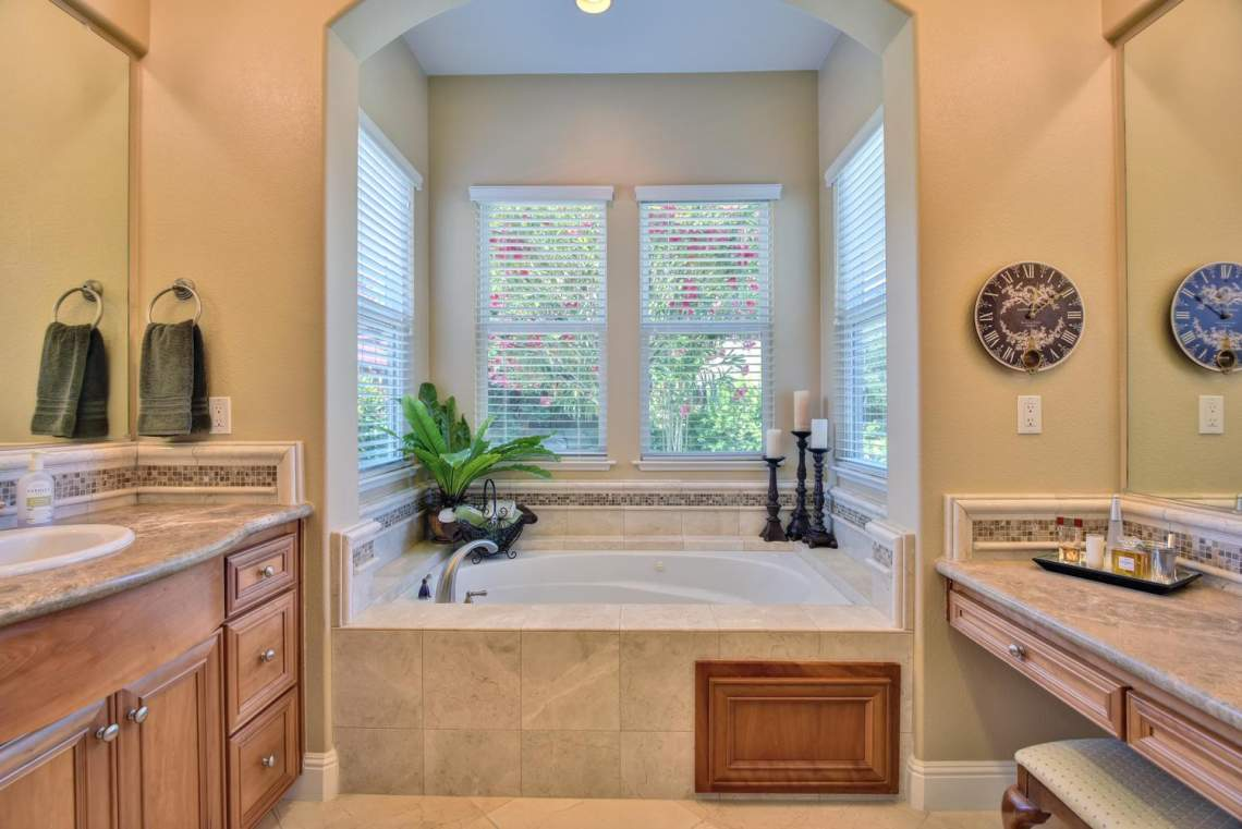 1059-Laguna-Creek-Ln-large-023-031-Master-Bathroom-Bathtub-View-1499x1000-72dpi