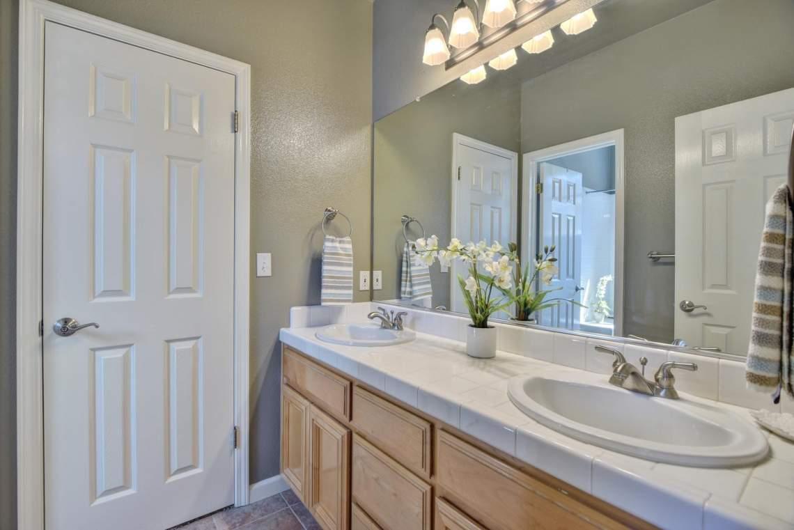 708-St-John-Cir-Pleasanton-CA-large-022-018-Bathroom-Between-Bedrooms-Two-1500x1000-72dpi